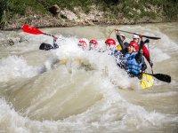 Rafting nelle acque bianche del fiume