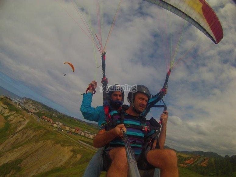 Volando en parapente por el País Vasco