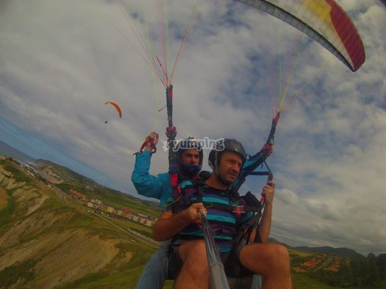 Volando en parapente por Sopelana