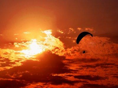 Puesta de sol en parapente tándem en Sopelana