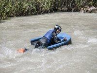 Tumbado en el trineo de hidrospeed