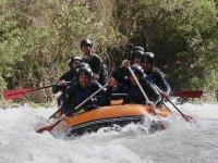 Hundiendo los remos en el rio de aguas bravas