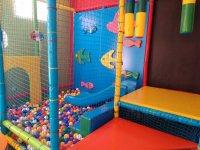 Parque de bolas con peces de colores
