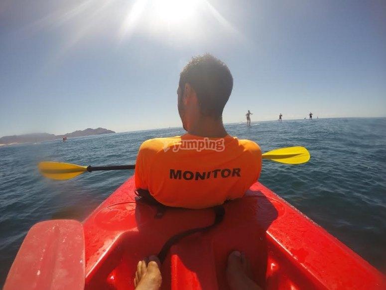 靠近皮划艇的靠着