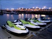 Motos de agua al anochecer en el puerto