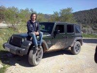 Sentado en el morro del jeep
