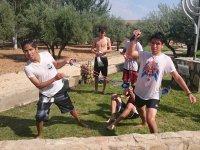 Jugando con los compañeros al aire libre