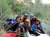 En la ribera fuera de la canoa