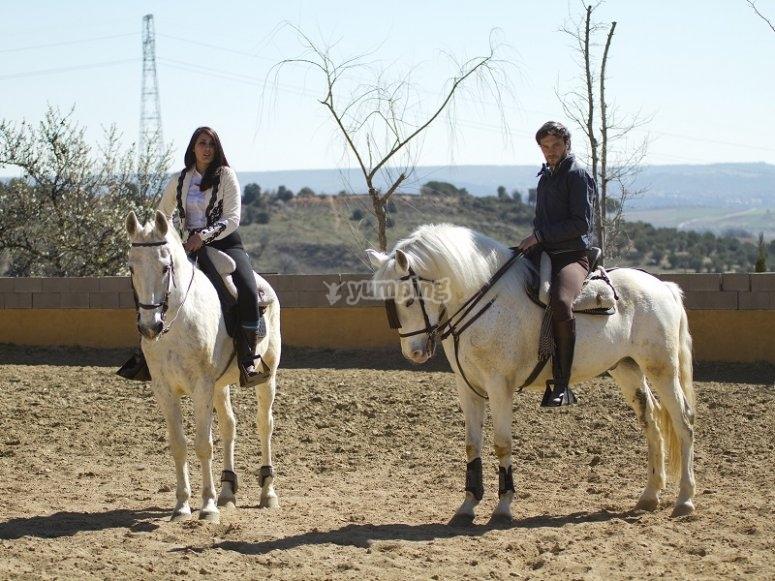 Coppia a cavallo