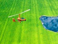 Volando en ultraligero sobre campo