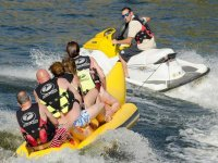 banana boat arrastrada por la moto de agua