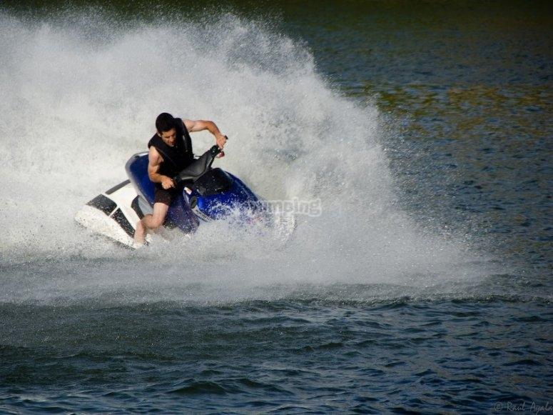 Pilotando una moto de agua