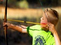 向目标射击的年轻弓箭手