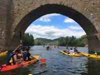 通过皮划艇横渡中世纪桥