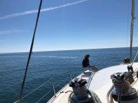 A bordo del catamarán ensimismado con las vistas