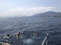 Baño junto al barco en la costa de Málaga