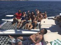 Tomado el sol en la red del catamarán