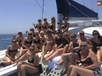 A cubierta con las amigas en la despedida de soltera