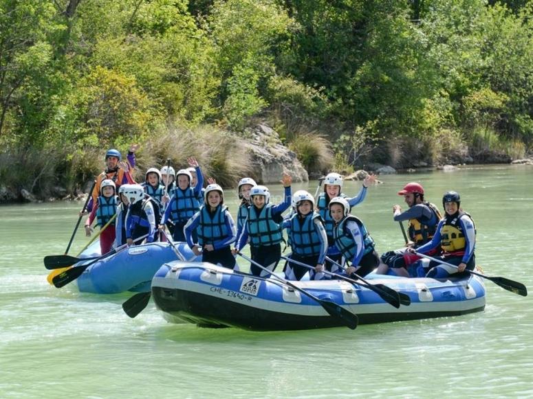Jovenes practicando rafting en Murillo de Gallego