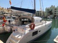 El catamarán en el puerto de Benalmádena