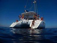 Salto al agua desde el catamarán