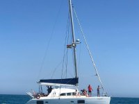 Catamarán navegando en dia soleado