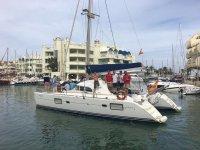 Saliendo del puerto con el catamarán