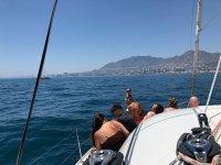 Tomando el sol en cubierta por la costa de Málaga
