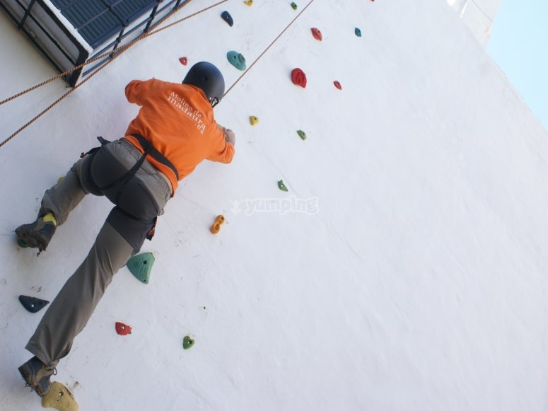 Arrampicata su una parete da arrampicata