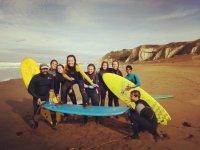 Clase de surf para niños en Sopelana