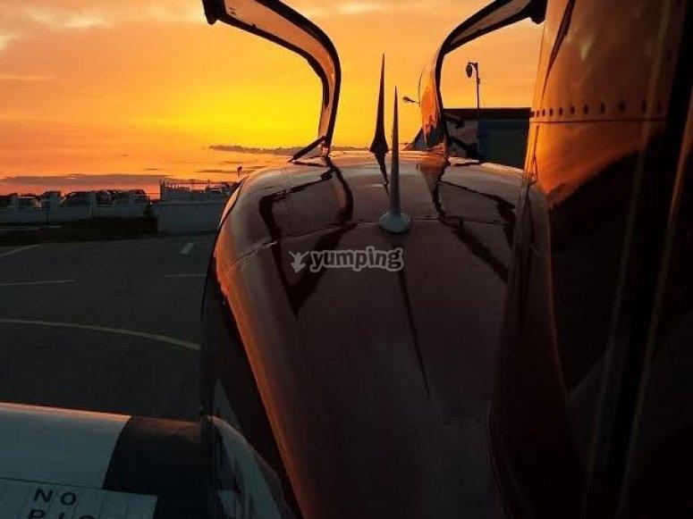 aereo leggero al tramonto
