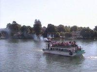 paseo en barco con gente a bordo