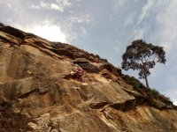 指导一群在阿拉瓦(攀岩)的登山者