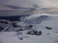 Levantandose la niebla sobre la superficie nevada