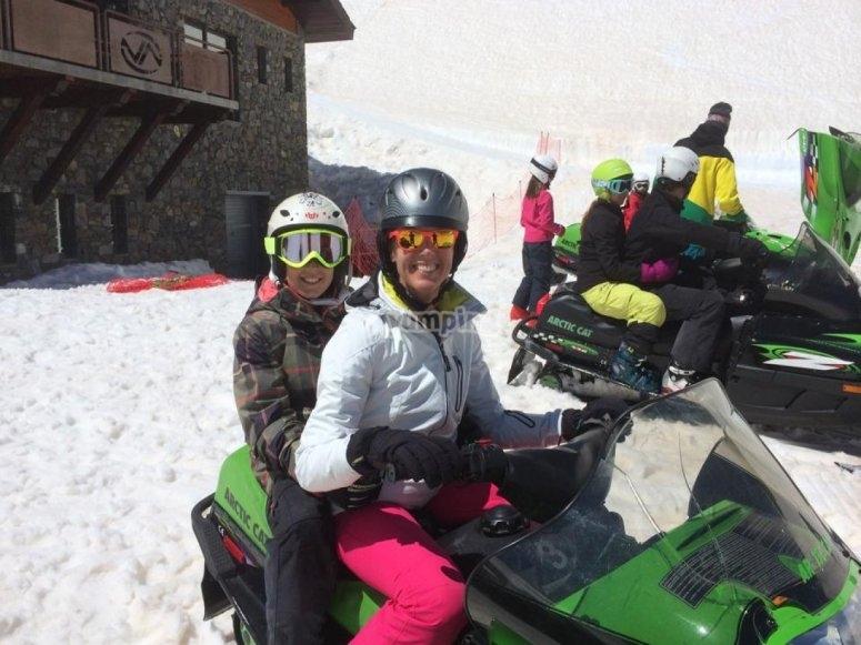 Salida en pareja moto de nieve