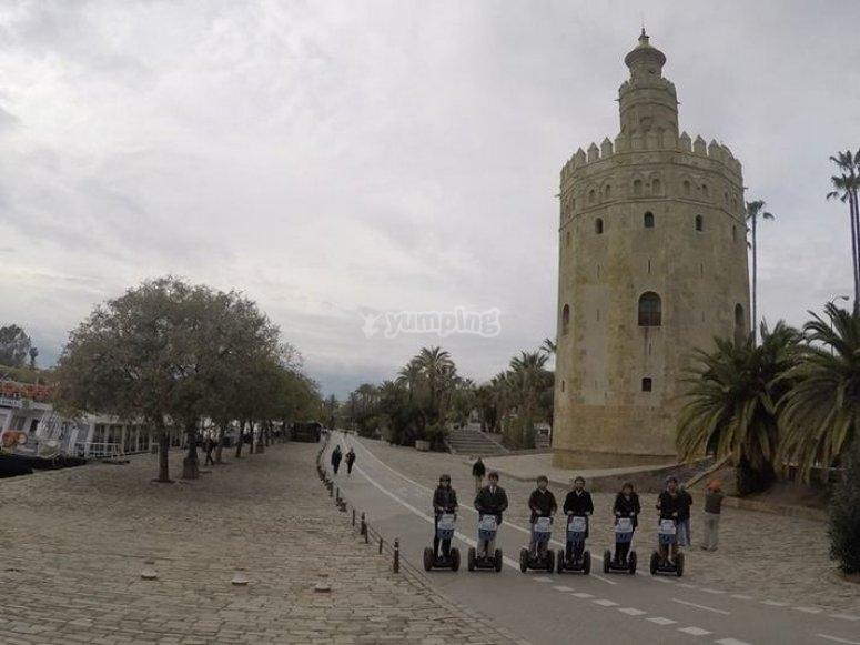 segways junto a la torre del oro