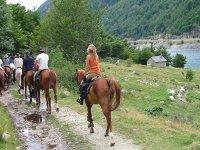 Mujer paseando en hipica equus aventura