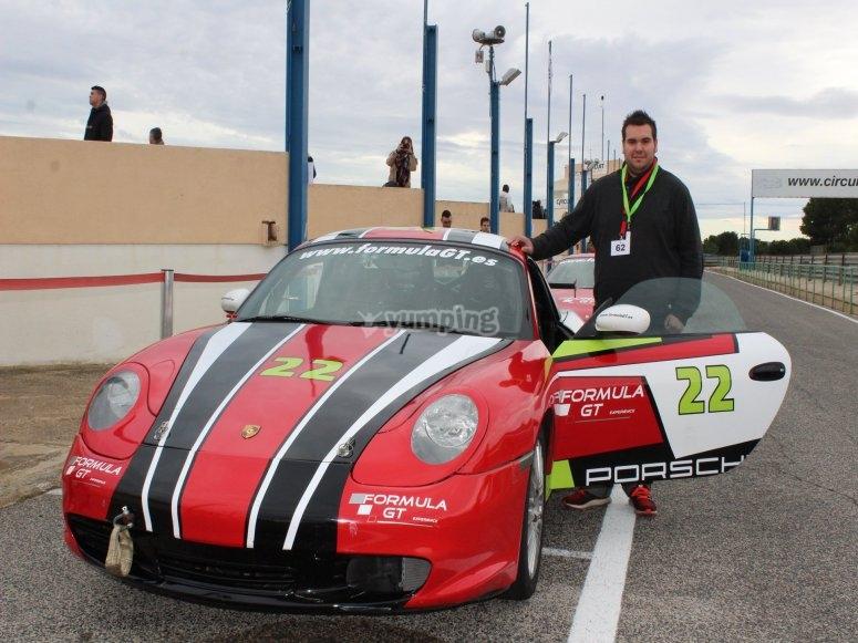 Posando con el Porsche