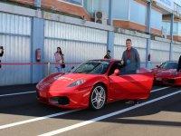 Piloto junto a su Ferrari