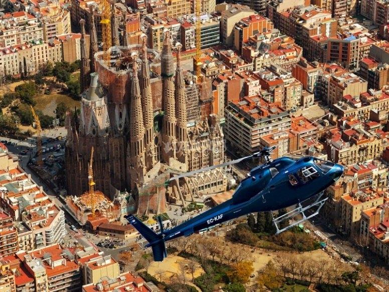 乘坐直升机飞往巴塞罗那