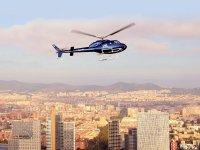 直升机飞行在巴塞罗那