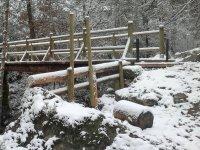 Puente de madera cubierto de nieve
