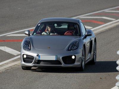 Pilota una Porsche Cayman a Madrid