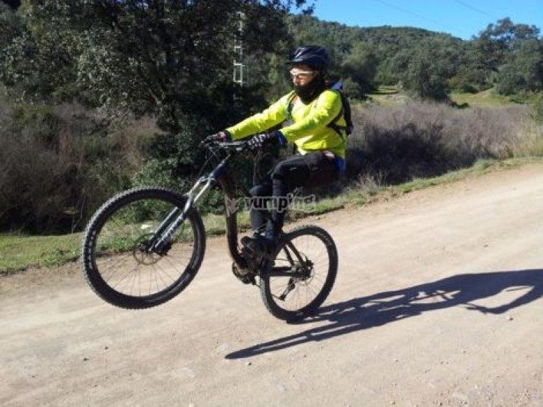 hombre haciendo un caballito con la bici