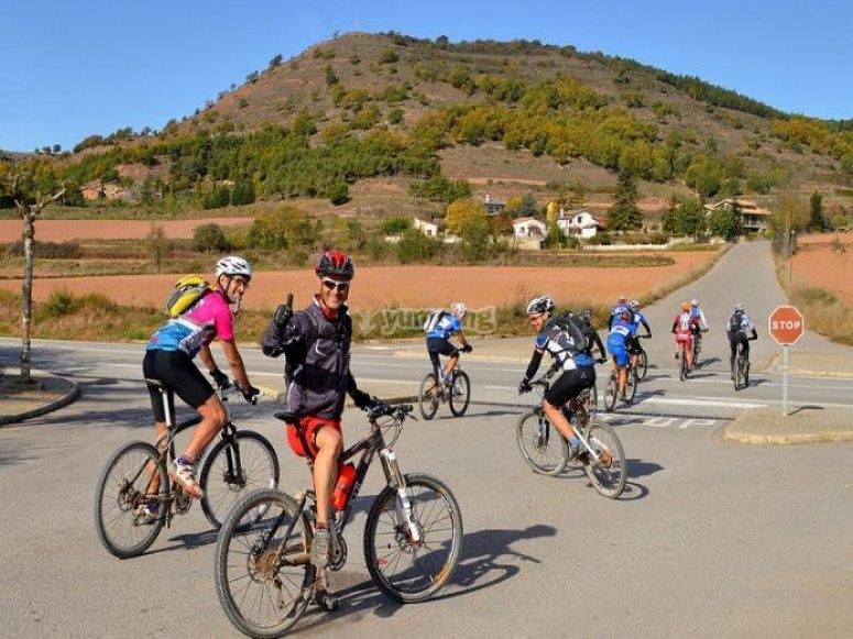 varios ciclistas en sus bicis cruzando una carretera