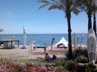 艾斯塔波那的海滩上的乐趣喷气标志水上滑水