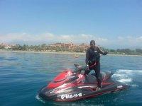 De pie en la moto de agua en Estepona