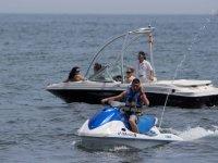 摩托艇和船在太阳海岸