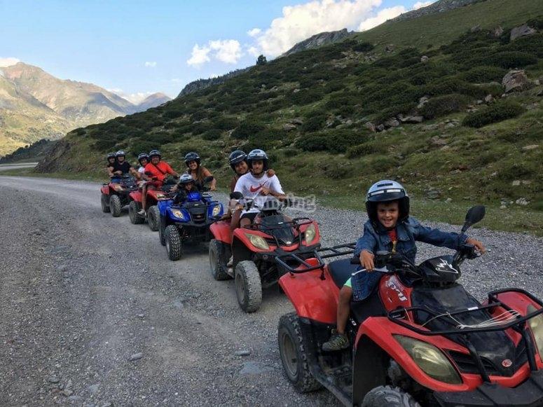 一群朋友准备进行四轮摩托