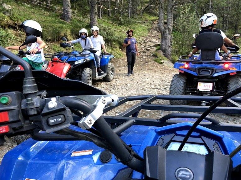 家人在四轮摩托上游览山